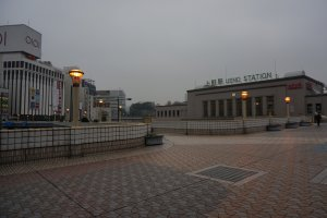 สถานีรถไฟ ueno อยู่ใกล้แค่เอื้อม มีสะพานลอยกว้างขวางเดินสะดวก