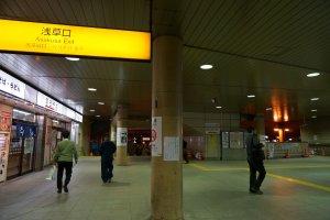ออกทางออก asakusa ของสถานี Ueno ขึ้นบันไดเลื่อนทางขวา