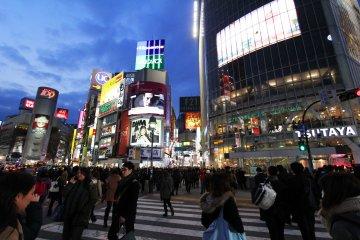 <p>โทรทัศน์จอยักษ์บนตึก QFRONT สัญลักษณ์แห่งความทันสมัยที่ไม่เคยหลับใหลของชิบุย่า ของโตเกียว และของญี่ปุ่น</p>