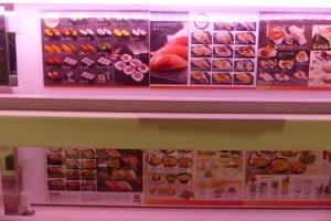 เมนูอาหารหลากหลาย ตั้งแต่ซูชิ ของทอด เครื่องเคียง ขนมหวาน เครื่องดื่ม ในราคาที่แตกต่างกันไป