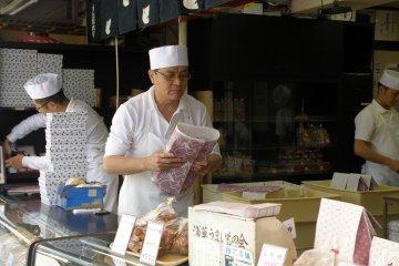 <p>ขนมบรรจุใส่กล่องและห่ออย่างสวยงามตามสไตล์ญี่ปุ่น</p>