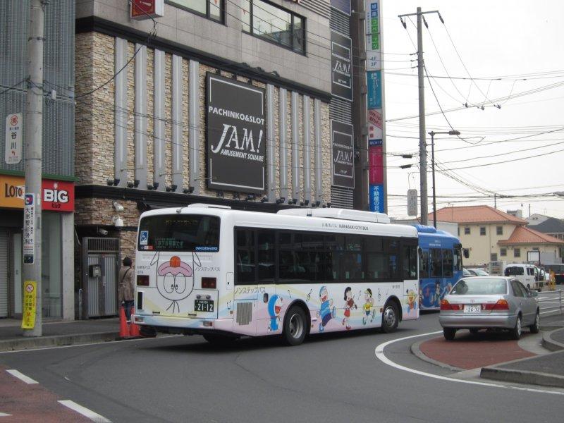 <p>นั่งรถบัสไปพิพิธภัณฑ์ / Bus to the museum</p>