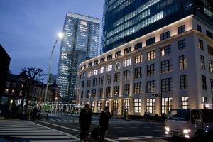 KITTE TOWER โปรเจ็คเชิงพาณิชย์แห่งแรกของไปรษณีย์ญี่ปุ่น (Japan Post) ที่หยิบเอาอาคารสีขาวเก่าแก่คลาสสิกของไปรษณีย์กลางโตเกียว (Tokyo Central Post Office) ซึ่งตั้งเด่นเป็นสง่าอยู่ด้านข้างของตึกอิฐโบราณแห่งสถานีรถไฟโตเกียว มาปรับโฉมใหม่ให้เป็นแหล่งไลฟ์สไตล์สุดเก๋