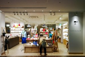"CLASKA Gallery & Shop ""DO"" หนึ่งในร้านดีไซน์อาร์ตๆ ชื่อดังของญี่ปุ่นที่ก็มาเปิดร้านเก๋ๆ อยู่ใน KITTE TOWER กับเขาด้วย"