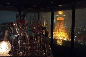 スカイラウンジのすぐ隣で点滅する東京タワー