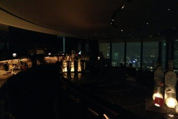 <p>The relaxing and romantic interior of the Sky Lounge is a perfect ending to a Tokyo day.</p>