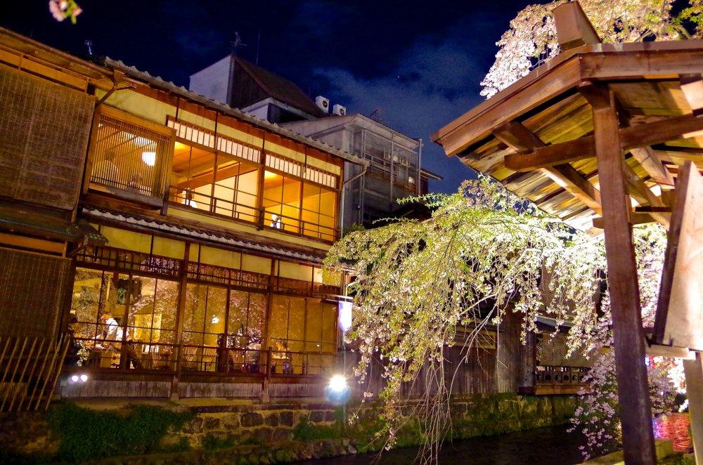 Une lumière jaune provenant du restaurant de l'autre côté de la rive