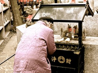 이 여성분은 작은 주화로 가득찬 플라스틱 주머니를 가지고있었습니다. 그녀는 기도의 장소로 갔고, 헌금을주며 기도를 한 다음 다음기도에 갔다.