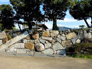 様々な素材を組み合わせて築かれた石垣(高石垣、たかいしがき)