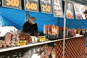 งานเทศกาลทานาบาตะหน้าหนาว มีของกินเสียบไม้ตั้งร้านอยู่บริเวณด้านหน้าทางเข้า