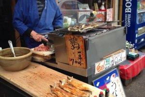 ร้าน Nezameya เลื่องชื่อเรื่องปลาไหล จะพบคุณลุงย่างปลาไหลรอต้อนรับอยู่หน้าร้านครับ