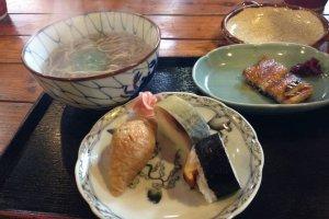 เซตนี้เป็นอาหารชุด มีทั้งซูชิเลิศรสของทางร้าน ซุปโซบะ และปลาไหลย่างครับ