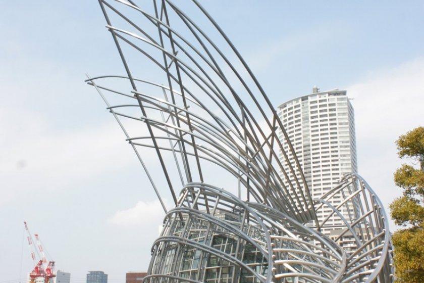 ประติมากรรมอาคารภายนอกของNational Museum of Art, Osaka นี้เป็นอีกหนึ่งผลงานศิลปะถาวรอันโดดเด่นที่นำแรงบันดาลใจของต้นกกไหวพริ้วลมแต่ทว่ายืนรากอย่างแข็งแกร่งมาสู่การสอดประสานของเหล็กกล้าให้เป็นผลงานอันแข็งแกร่งแต่ว่าอ่อนโยนงดงาม