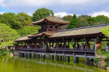 <p>Roofed bridge over the pond: Taihei-kaku</p>