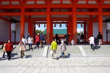 <p>The huge gate of Heian Jingu Shrine: Oten-mon Gate</p>