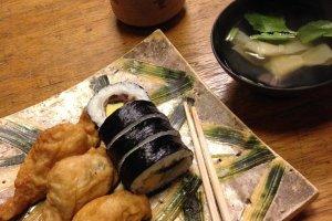 ทานพร้อมกับซุปสไตล์เกียวโตและชาเขียวบนจานแฮนเมดสวยงาม