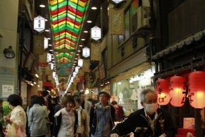 สัญลักษณ์ของตลาดนิชิกิคือหลังคาสีสันสวยงามตลอดทางเดิน