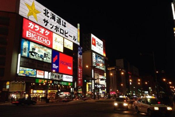 ป้ายไฟโฆษณาร้านต่างๆที่ประชันแสงสีดึงดูดลูกค้า นักท่องเที่ยวกันอย่างละลานตา เสมือนกำลังเดินอยู่ในย่าน Time Square ในมหานคร New York