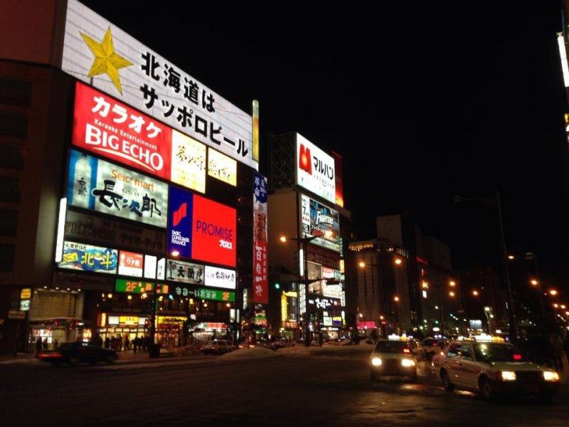 <p>ป้ายไฟโฆษณาร้านต่างๆที่ประชันแสงสีดึงดูดลูกค้า นักท่องเที่ยวกันอย่างละลานตา เสมือนกำลังเดินอยู่ในย่าน Time Square ในมหานคร New York</p>