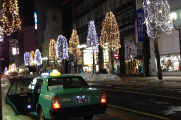 <p>แท็กซี่จอดรอรับผู้โดยสารตลอดทั้งคืน</p>