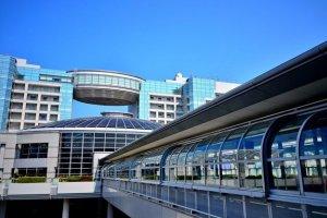 ภายนอกออกคารที่เดินเชื่อมไปขึ้นรถไฟเข้าเมืองครับ ที่นี่มีรถไฟ 2 เจ้าคือ JR และ NANKAI