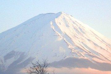 <p>&quot;ฟูจิยามะ&quot; กับหิมะที่ปกคลุมยอดเขาตลอดทั้งปี</p>