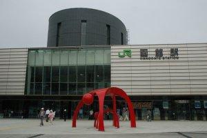 เพียงคุณเดินออกมาด้านหน้าของสถานีฮาโกดาเตะ มองไปทางขวาของสถานีคุณก็จะเจอกับโรมแรมที่เราตามหาครับ