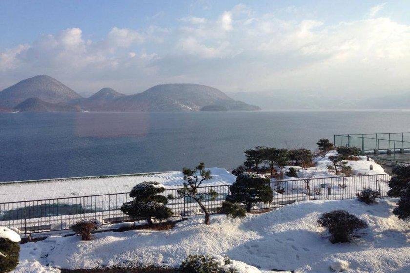 โรงแรมToya Sun Palace สามารถมองเห็นวิวทะเลสาบโทยะได้แบบพาโนรามา