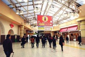 บรรยากาศภายในสถานีรถไฟอุเอะโนะ (Ueno Station) ที่เต็มไปด้วยร้านค้าทั้งสองฟาก