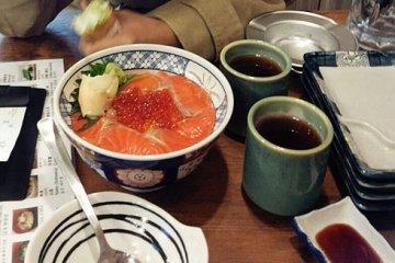 <p>ข้าวหน้าปลาดิบกับไข่ปลาแซลมอน ที่รสชาติ สด อร่อย จนเหมือนเหาะได้</p>