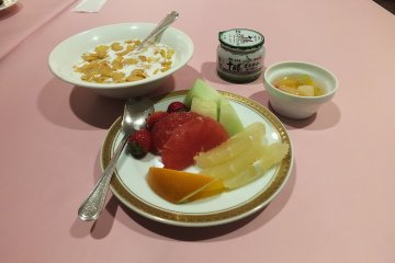 <p>Fresh fruit and cereal</p>