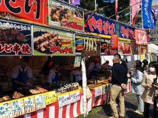 Há muitos petiscos deliciosos à venda durante a época de hanami