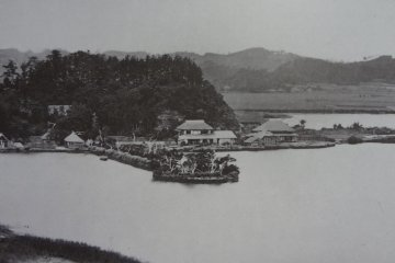 At first, take a look at the Beato photo of Chiyomoto. There is a forest on the left, a small shrine on the peninsula, and a two-story house sitting in front of the forest.