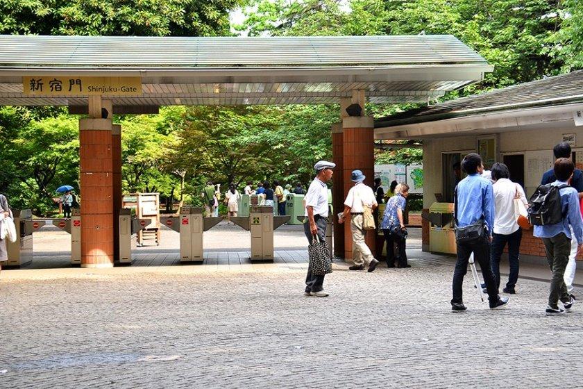 ทางเข้าฝั่งประตู Shinjuku จะมีตู้หยอดซื้อตั๋วอยู่ด้านหน้าทางเข้าเลย