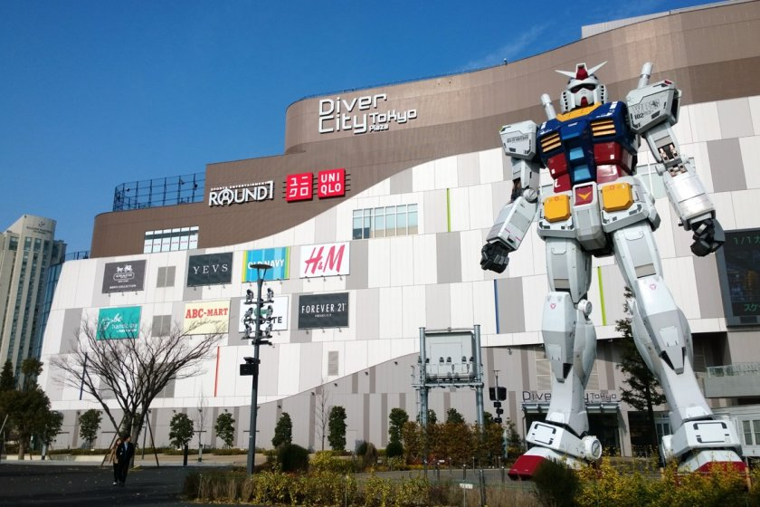 โฉมหน้ายักษ์ใหญ่ > Real-G กันดั้มแห่งโลกความเป็นจริงที่ถอดแบบมาจากรุ่นดังGUNDAM RX-78-2 ในสเกล 1 : 1 มันถูกสร้างขึ้นในวาระฉลองครบรอบ 30 ปีแห่งการ์ตูนอมตะชื่อดังอย่าง Gundam นั่นเอง ปัจจุบันตั้งเด่นเป็นสง่าอยู่ที่บริเวณหน้าห้างDiverCity Tokyo Plaza แห่งเกาะโอไดบะ ตั้งแต่ปี ค.ศ.2012 เป็นต้นมา แล้วมันก็กลายเป็นแลนด์มาร์กสำคัญที่โด่งดังไปทั่วโลกอีกครั้ง
