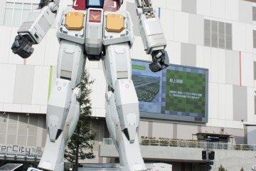 <p>ไซส์ยักษ์ &gt; มาดูโฉมหน้าของ Real-G กันชัดๆ ซึ่งหุ่นยนต์ที่ยืนตระหง่านในสเกล 1 : 1 นี้เมื่อเปรียบยักษ์กับมนุษย์ปกติแล้วไซส์ต่างกันลิบลับ โดย Real-G นั้นถูกสร้างขนาดเท่าจริงซึ่งสูงกว่า 18 เมตร และมีน้ำหนักกว่า 35 ตัน เลยทีเดียว</p>
