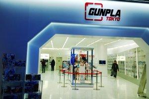 Ganpla Tokyo > สิ่งที่น่าสนใจด้านหน้าโซนGundam Front Tokyo นี้ก็คือศูนย์รวมแห่ง Ganpla (ガンプラ) หรือ Gumdam Plastic Model ตัวต่อกันดั้มที่เป็นที่นิยมไปทั่วโลกนั่นเอง ซึ่งภายในจัดแสดงโมเดลหุ่นยอดฮิตที่ต่อกันไว้หลายรุ่นจัดแสดงไว้ในตู้อย่างสวยงาม สำหรับพระเอกสุดคลาสสิกนั้นเห็นจะเป็น Mobile Suit Gundam หรือ Gundam 0079 (Gundam'79) อันถือเป็นหุ่นยนต์กันดั้มเวอร์ชั่นแรกของโลกที่ออกฉายทางทีวีในปี ค.ศ.1979 นั่นเอง