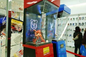<p>โชว์ยักษ์เล็ก &gt; บรรยากาศภายใน Ganpla Tokyo ที่มีหุ่นโมเดลพลาสติกหลากสีหลากไซส์หลากหลายรุ่นจัดแสดงไว้เป็นอย่างน่าสนใจ</p>