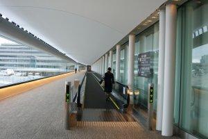 บันไดเลื่อน ทางเชื่อมต่อ แห่งสนามบินนานาชาตินาริตะ