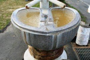 น้ำแร่สาธารณะข้างที่พัก