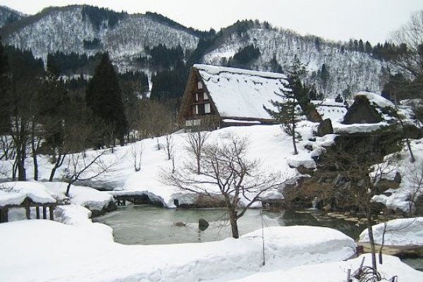 หมู่บ้านชิระคะวะโกะที่ปกคลุมไปด้วยหิมะในฤดูหนาว