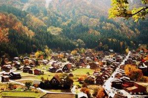 หมู่บ้านชิระคะวะโกะในฤดูใบไม้ร่วงมีสายหมอกบางสร้างบรรยากาศที่อบอุ่นได้เป็นอย่างดี