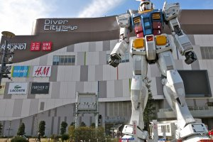 "An awesome view of the Gundam statue ""RG 1/1 RX-78-2 Gundam Ver. GFT"" in front of Diver City Tokyo."