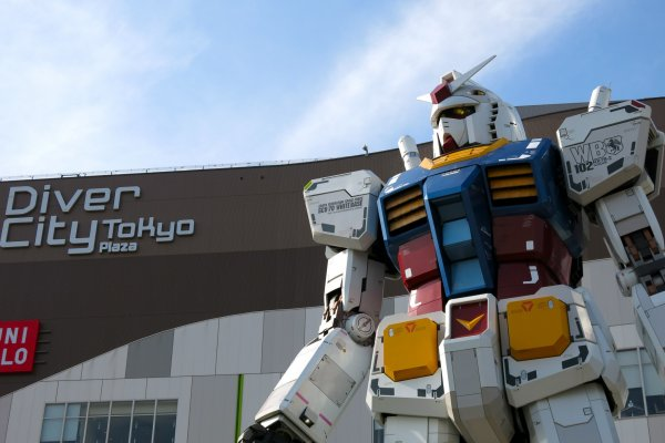 "Gundam statue ""RG 1/1 RX-78-2 Gundam Ver. GFT"" not only has a commanding stance in front of Diver City Tokyo, its head rotates in various directions!"