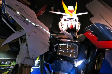 <p>Photo opportunity at the bust of the Strike Freedom Gundam</p>