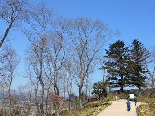 At the edge of the park there's an observation deck called 'The Fir Trees Remain'. The deck was named after a NHK period drama broadcast in 1970