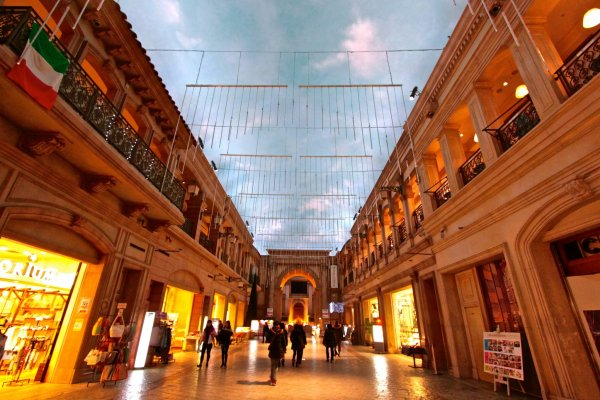 """ภายใน Venus Fort ห้างสรรพสินค้าตัวแม่ประจำ """"แพลเล็ททาวน์"""" (Palette Town)ที่จำลองบรรยากาศเป็นเมืองในยุโรปช่วงศตวรรษที่ 18"""
