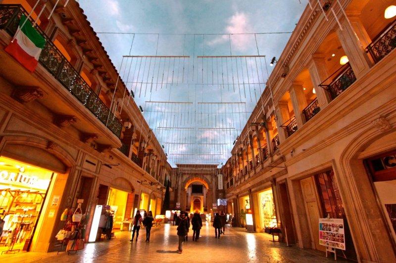 <p>ภายใน Venus Fort ห้างสรรพสินค้าตัวแม่ประจำ &quot;แพลเล็ททาวน์&quot; (Palette Town)ที่จำลองบรรยากาศเป็นเมืองในยุโรปช่วงศตวรรษที่ 18</p>