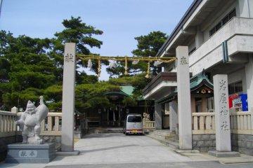 <p>Ворота храма</p>