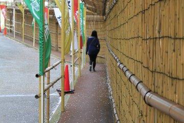 <p>ทางเดินข้างโรงแรม Arima View สู่ด้านหน้าสปา</p>